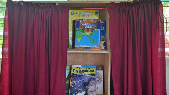 More than 21,000 classroom libraries similar to this one have been established across Papua New Guinea through the World Bank-supported READ PNG project in an effort to improve literacy in PNG.