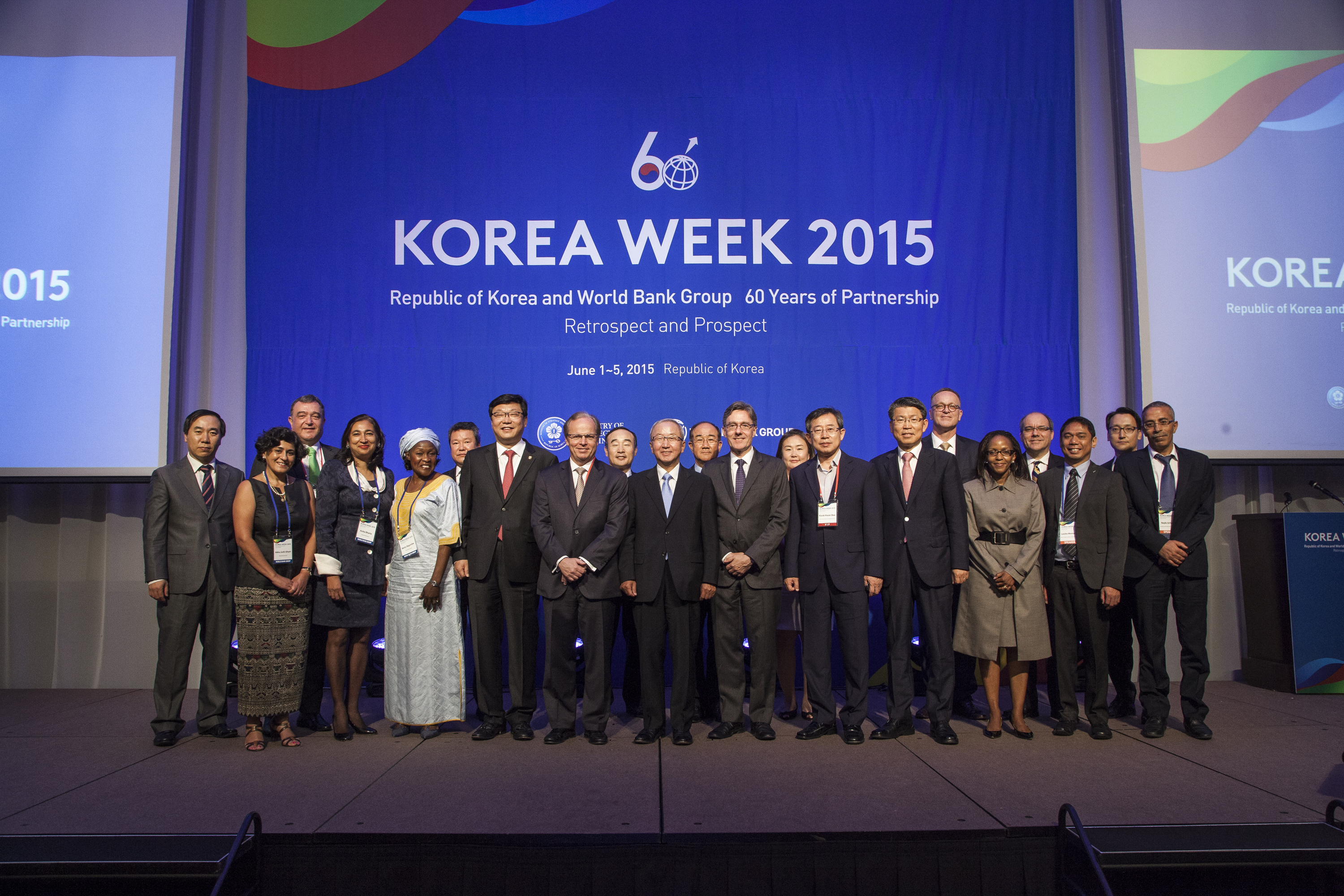 VIP group photo at last week's opening session of Korea Week.  © World Bank