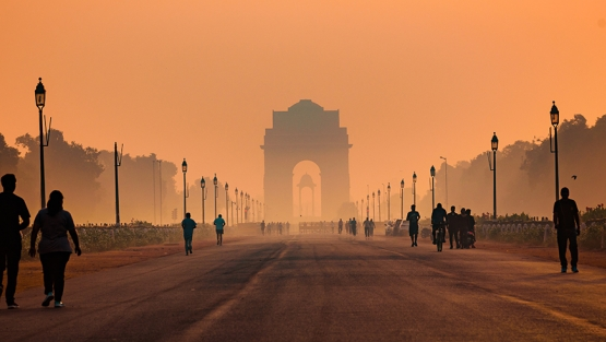 India Gate, New Delhi on a hazy morning. Pollution level rises and causes smog in autumn due to stagnant winds. Photo: Shutterstock/ Amit kg