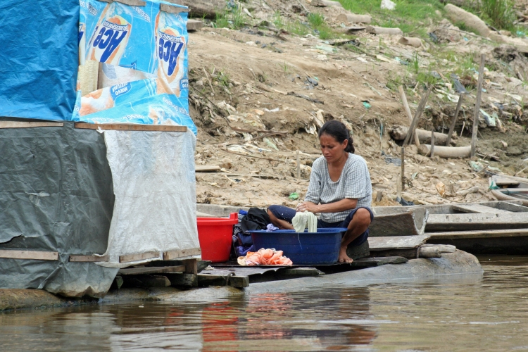 Woman washing clothes in Peru. Photo: Monica Tijero/World Bank