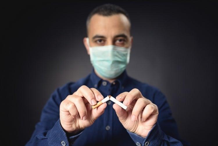 Las primeras evidencias indican que fumar también es un factor de riesgo para contraer la COVID-19, ya que los fumadores tienen 1,91 veces más probabilidades de enfermarse más gravemente que los no fumadores. Fotografía: © ilkercelik/shutterstock.