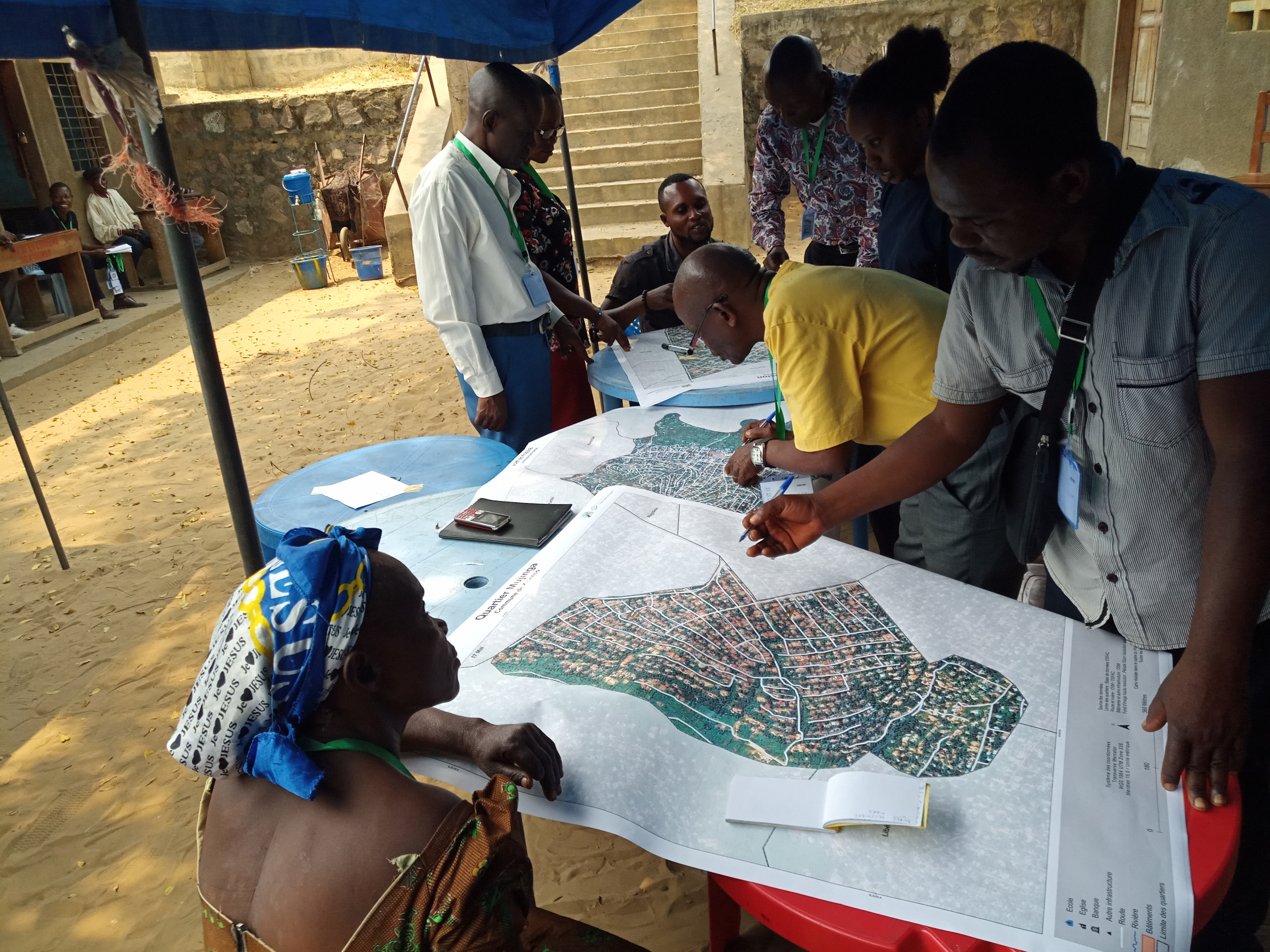 Members of the mapping community in Kinshasa plan the collection of field data for the Kisenso neighborhood. (courtesy of OpenDRI)