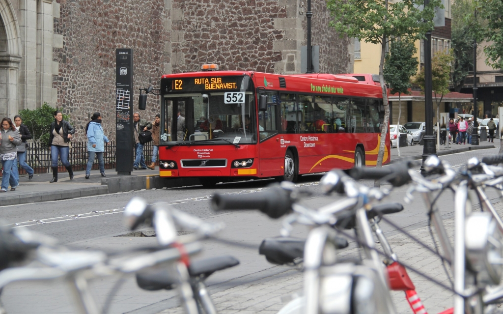 Bikes and Bus Rapid Transit in Mexico City. Photo: WRI Cities/Flickr
