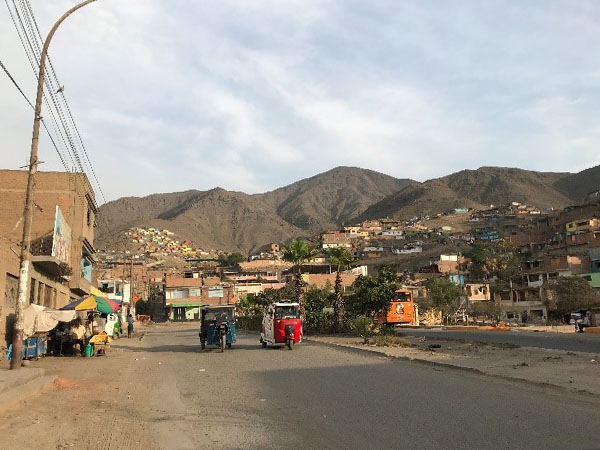 Vista del entorno urbano de un asentamiento del norte de Lima. Fotografía: Sofía Guerrero/Banco Mundial
