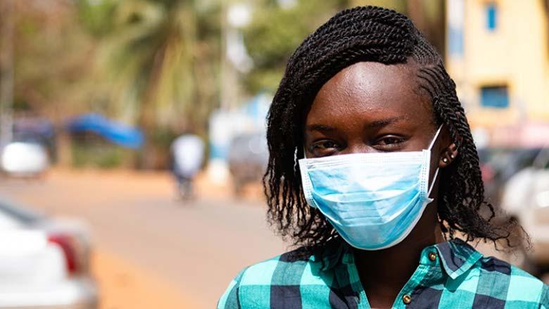 Las personas toman precauciones contra la COVID-19 (coronavirus) en Mali. © Ousmane Traore/Banco Mundial