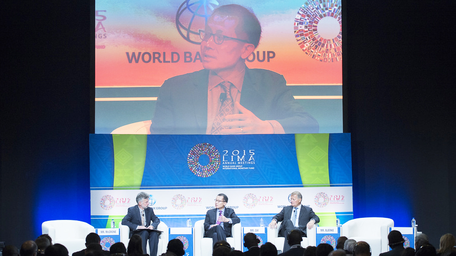 Angus McCrone, Jin-Yong Cai, and Rune Bjerke discuss renewable energy. © Franz Mahr/World Bank
