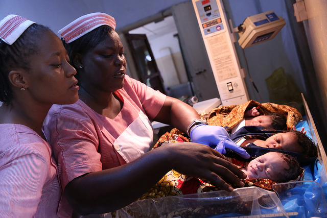 Registered nurses look after newborns at a maternity hospital in Freetown Sierra Leone. © Dominic Chavez/World Bank