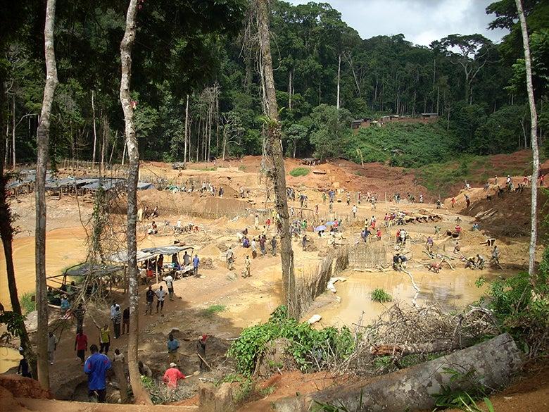 An artisanal mine in Minkébé, Gabon. © Gustave Mbaza/WWF Gabon)